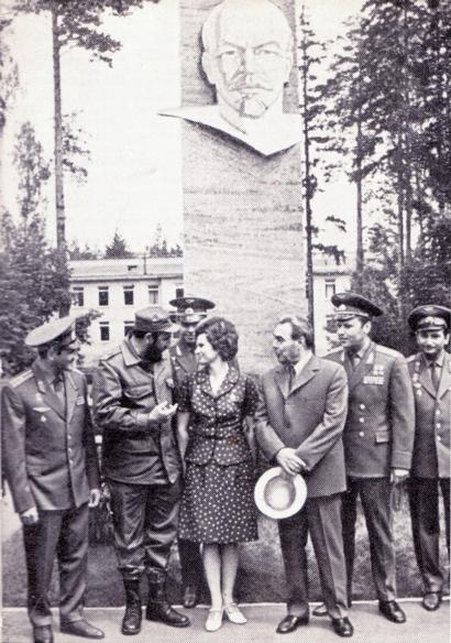 Л. И. Брежнев и Ф. Кастро среди летчиков-космонавтов в Звездном городке