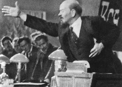 Ленин выступает с трибуны
