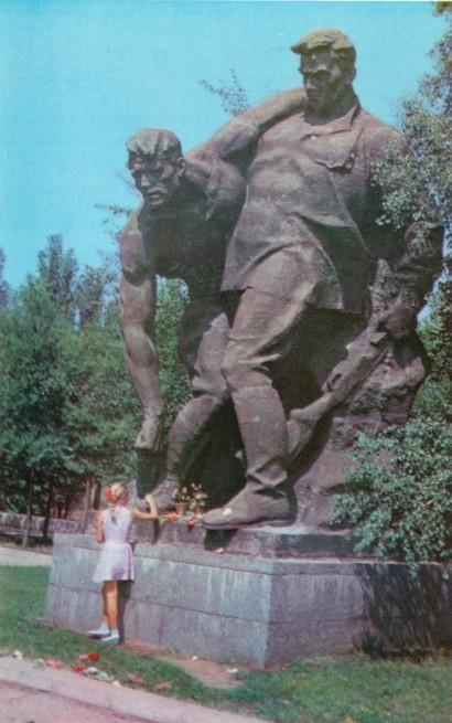 Площадь героев. Скульптурная композиция