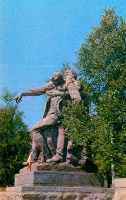 Площадь героев. Скульптурная композция
