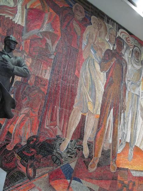 Мозаичное панно в Центральном музее вооружённых сил. Под ногами народа-победителя - триколор.